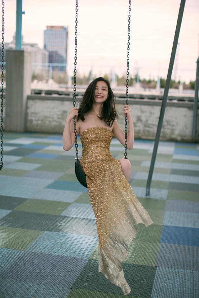 倪妮是人世佳丽鱼吧?今天纽约出席勾当,金色闪光裙姑娘味