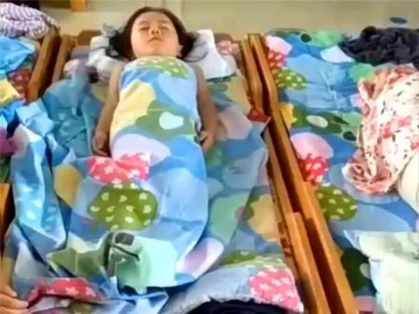 女儿在家从不午睡,老师却说在幼儿园很乖,妈妈查看监控后心疼了