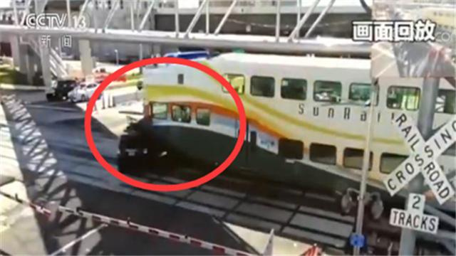惊险一幕!火车与汽车相撞 汽车司机病情危重