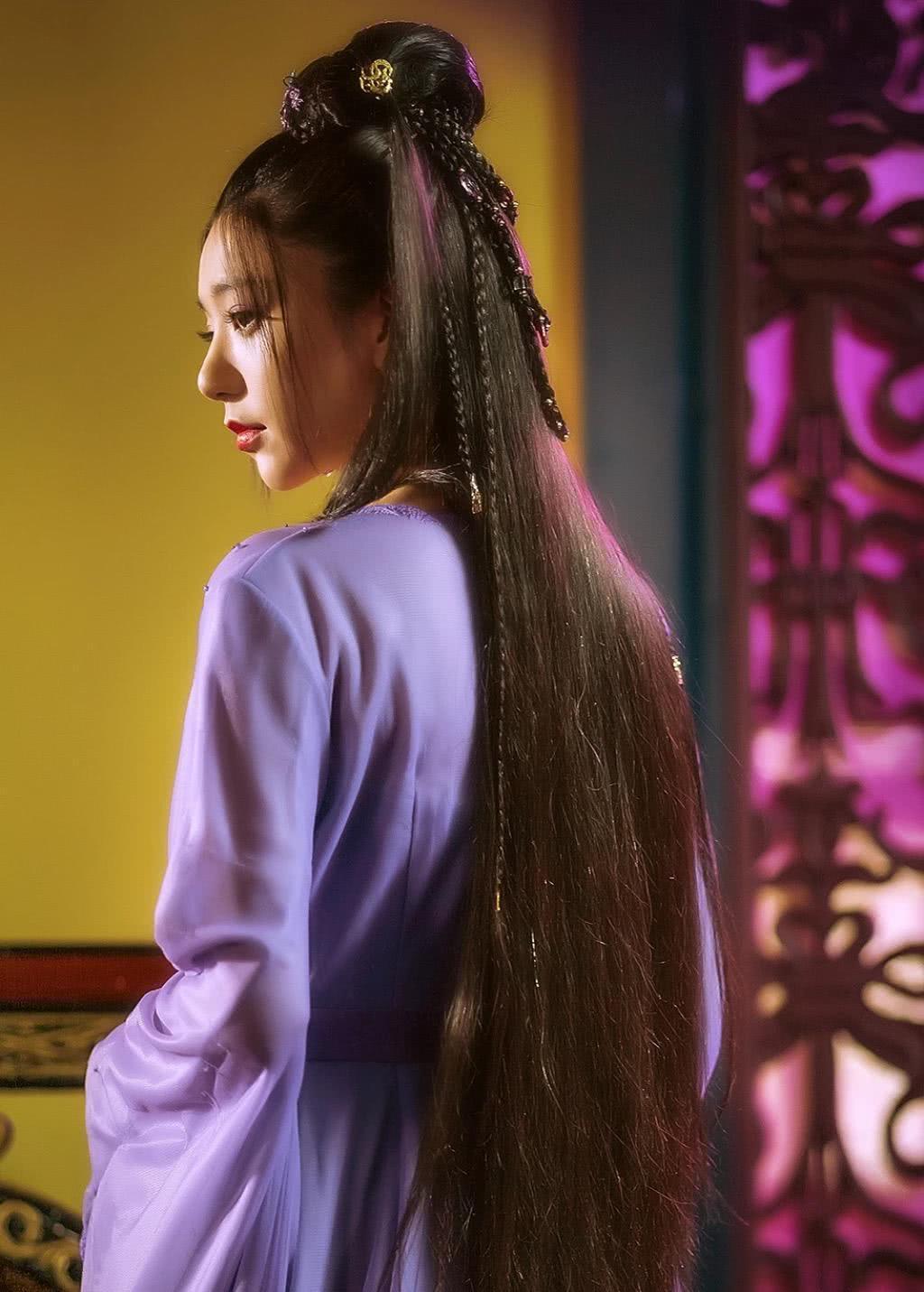 比王丽坤版苏妲己更加尴尬的是吴谨言版,剧中女配都要比她美