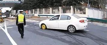 惊悚!车胎没了,这辆车怎么开下高速?