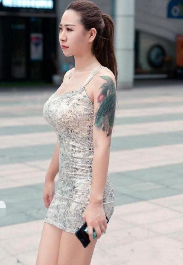 爆笑GIF图:现在的妹子都很喜欢纹身,就是纹的地方略有不同而已