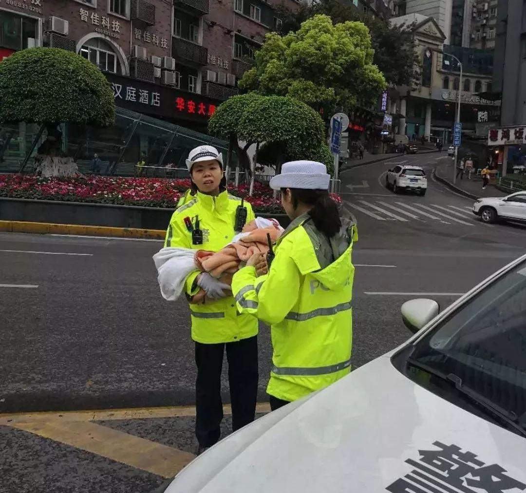 <b>女警抱着婴儿指挥交通?网友却纷纷点赞:让人安心!</b>
