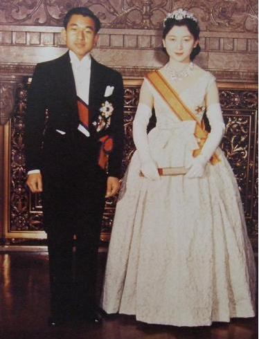 美智子皇后 25岁嫁入皇室,生了3个孩子,死后不愿与天皇合葬图片