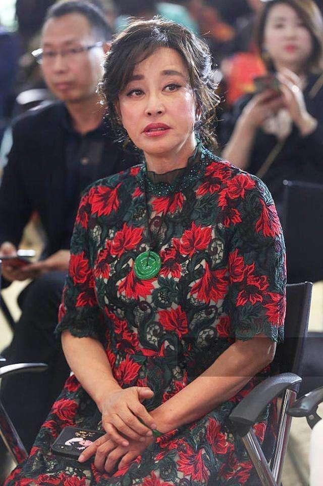 刘晓庆分享粉丝晒的旧照,调侃自己长相没进步,不解自己被传整容
