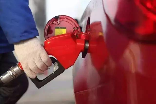 每日车闻:西安奔驰女车主提8点诉求,奔驰回应模棱两可,油价涨