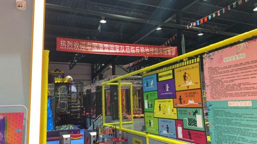反转地球蹦床馆引领新型娱乐方式,百人蹦床运动倡导体育发展新模式