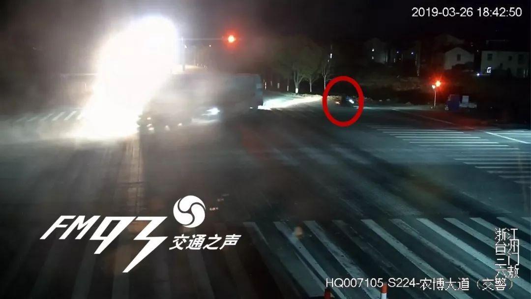 男子被车撞后,却让妻子先救肇事者!接下来的