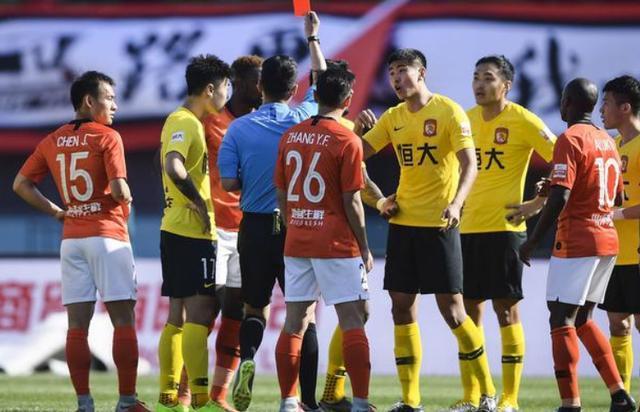 上海裁判抢戏!红牌罚下保利尼奥,去年还坑了