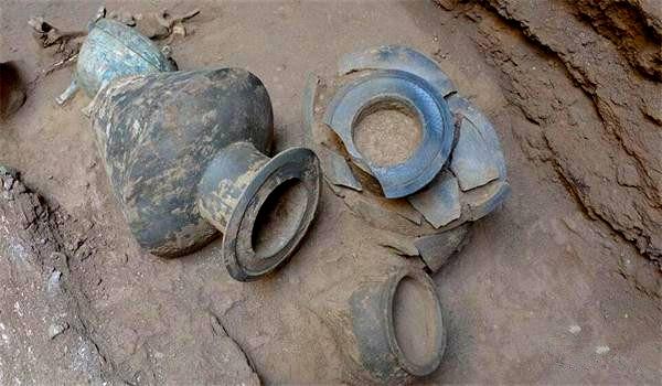 2700年前古墓,鼎彝礼器失踪,玉器散落一地,专家:非盗墓者所为
