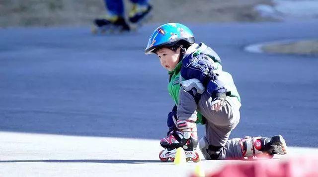 3岁娃学轮滑摔折胳膊!这些运动,医生建议5岁后再学!