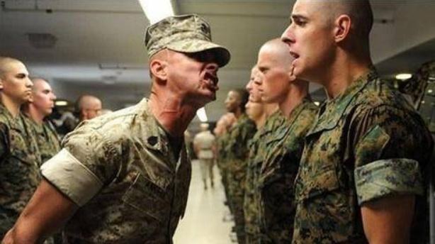 新兵抄起冲锋枪,闯进指挥所疯狂射击,1名连长9名班长被射成马蜂窝