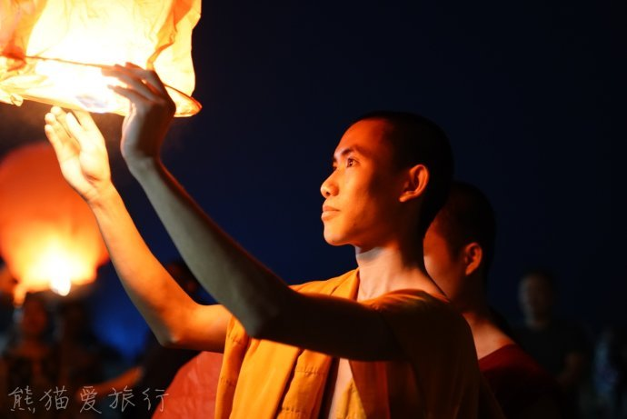 云南西双版纳万人齐放孔明灯,一起沉醉在美轮美奂的灯火盛宴!