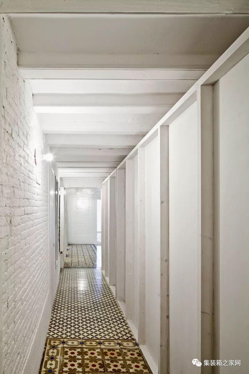 承重墙隔开,镶嵌地板根据层次机构的不同而分化,吊顶由陶瓷拱门和木梁图片