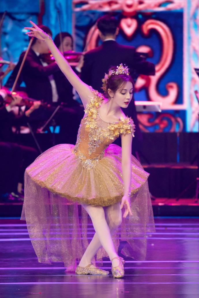 跳男团舞超A、北影节芭蕾美炸,迪丽热巴不凹吃货人设改走实力路线了? 作者: 来源:扒小妹儿