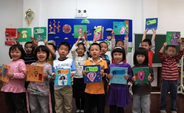 4岁女孩衣服太脏,幼儿园老师帮忙清洗,第二天孩子却转学了!