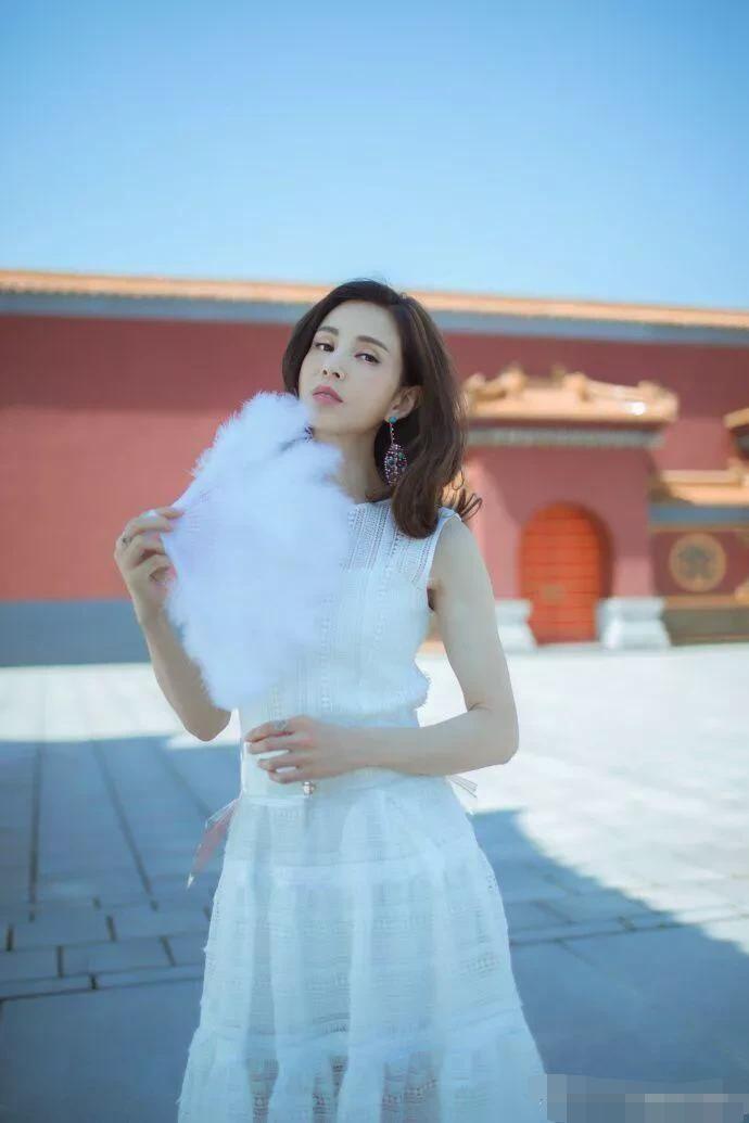 李若彤穿白裙美回小龙女,还温婉动人,一点皱纹没有!