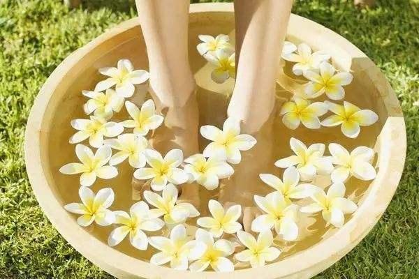 染上脚气应遵循什么治疗原则,女性如何预防脚气?