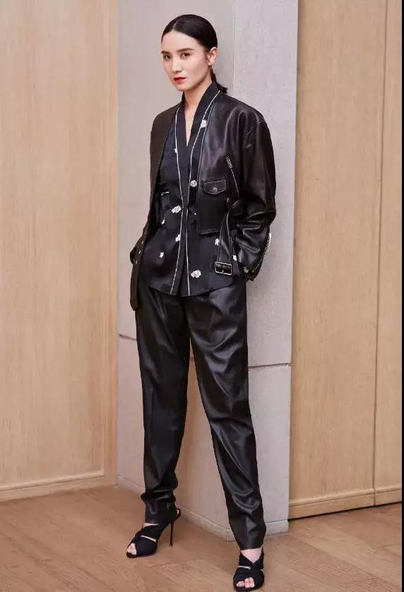 时尚博主宋佳这回掉坑了,黑色套装硬是把身材穿出三段的即视感! 时尚头条 第7张