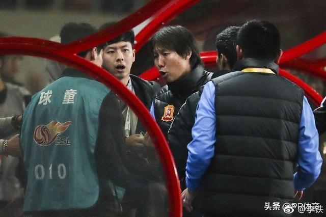 李铁致歉上港球童,教练生涯首次被罚出场,今后学会控制