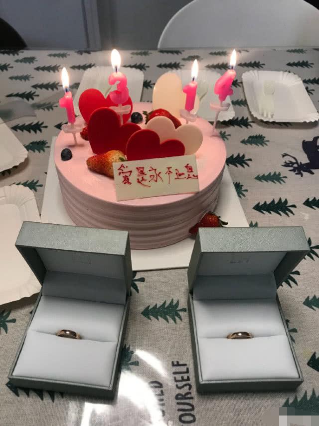袁坐晒出1314的蛋糕战婚戒,用6个字表达对老公的爱意 做者: 前导支端:素素明降西圆馆网站