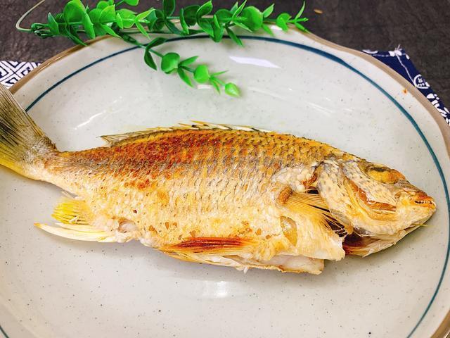 58岁大厨:无论煎什么鱼,多加一步,保证鱼皮金黄不破,还不粘锅