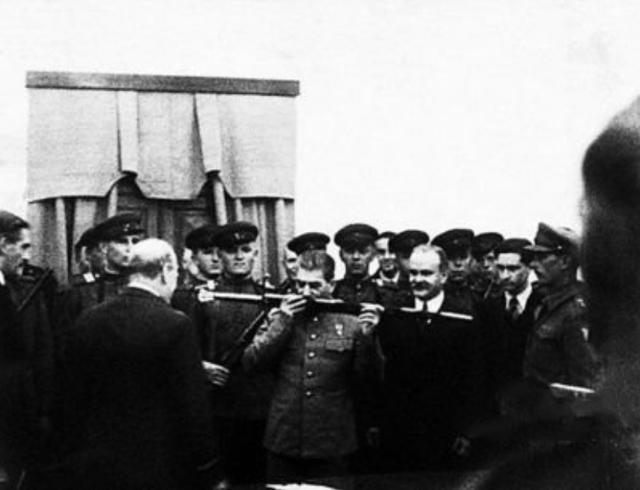 唯一敢在斯大林面前坐着的苏联统帅,斯大林亲自拍板给予特权