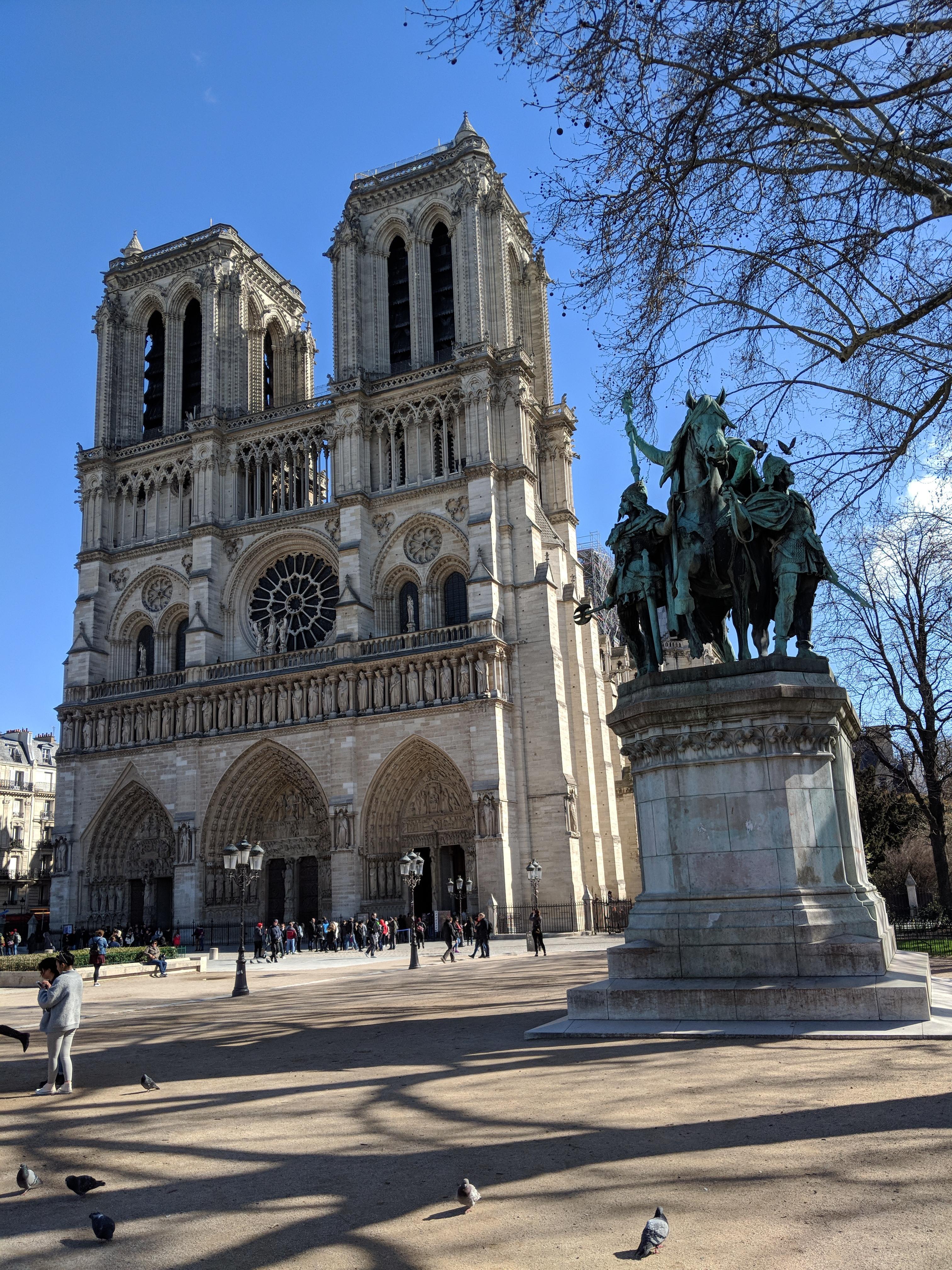 巴黎圣母院火灾摧毁了标志性的尖顶