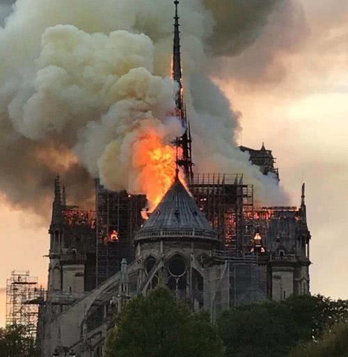 巴黎圣母院燃起大火,曾在二战被德军上将所救,却要毁于和平年代