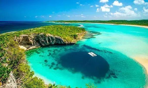 (迪恩斯蓝洞(Dean's Blue Hole),目前世界上已知第二深的蓝洞,被成为自由潜水的天堂。巴哈马蓝洞深度挑战赛在此举办)