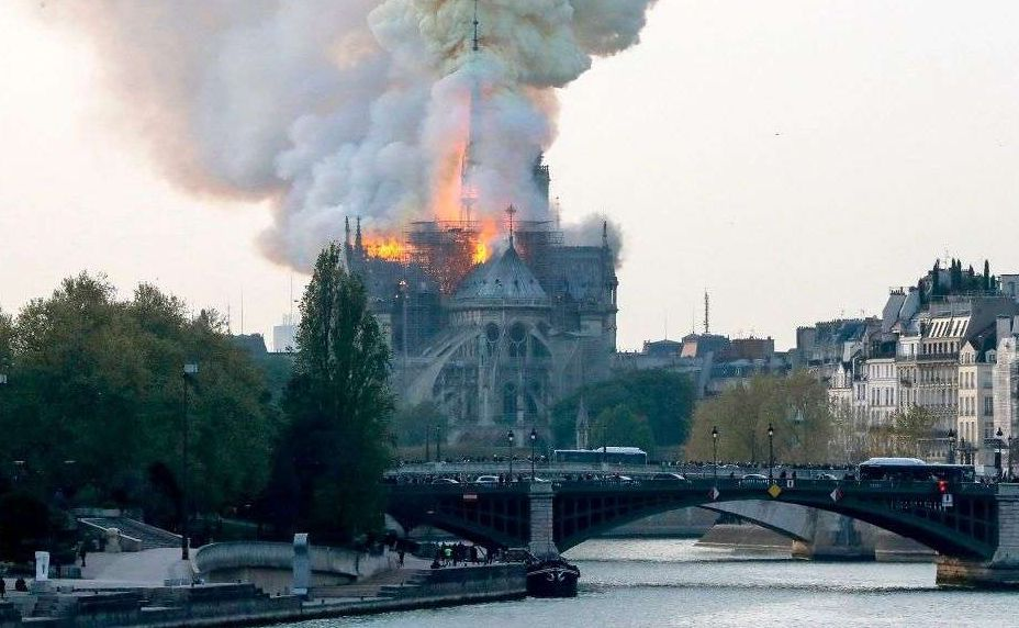 巴黎圣母院外民众跪地哭泣,久久不散!法国将发起国际募款,再见许是十年后……