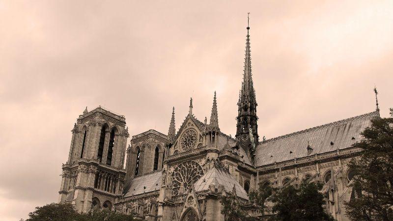 【EEO财经午餐】巴黎圣母院突发大火;3月房价又涨了;顺风车还没有回归;苹果高通撕破脸皮开始互掐……