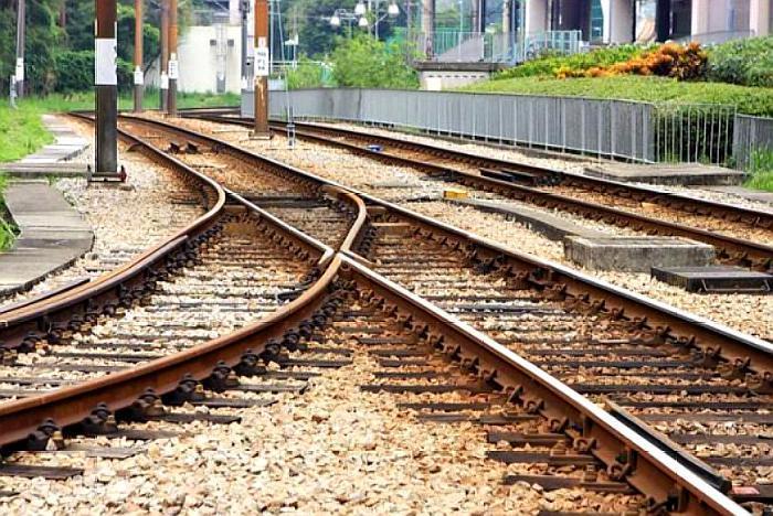 轨道火车的铁轨为什么用生锈的铁而不是坚硬的不锈钢?