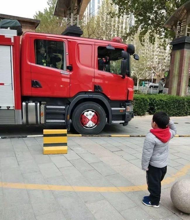 暖心一幕!泰安六岁娃向出警消防员敬礼