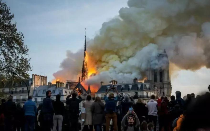 巴黎圣母院大火扑灭,内部装饰全毁!马克龙:明天起将其重建~