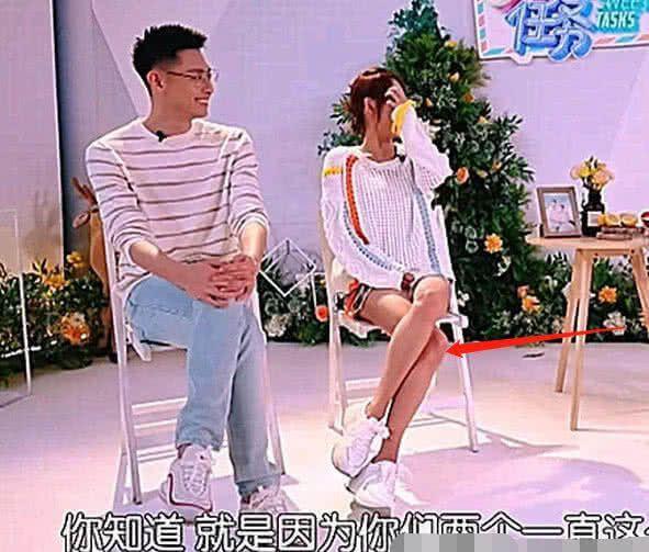 张嘉倪皮肤是P白了,但腿是真的细,看她坐姿就知道了!