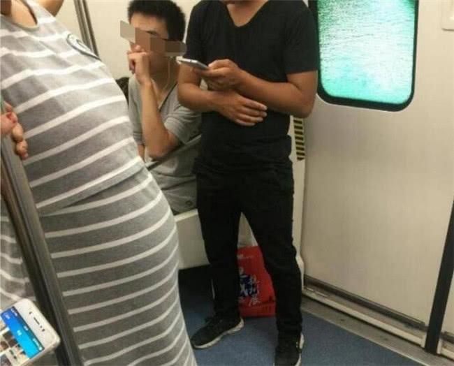 地铁上孕妇要小男孩给让座,男孩的话却让她惭愧,网友炸开了锅