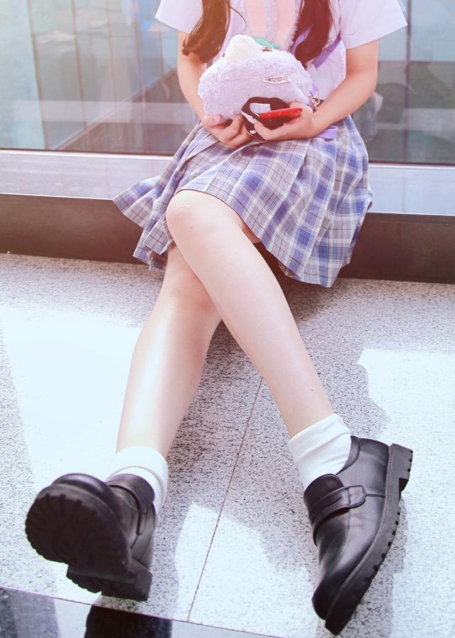 大学禁穿露膝短裙 女生怒了