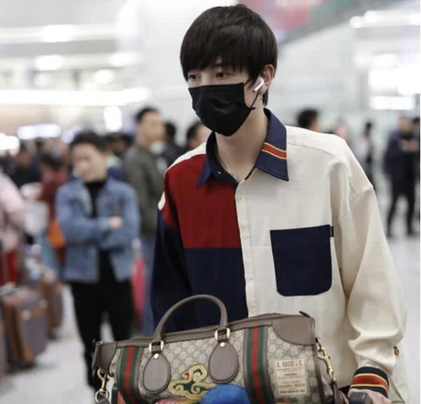 张镐濂被曝考入上戏后首现身,18岁的他穿拼接衬衫清爽又显个性