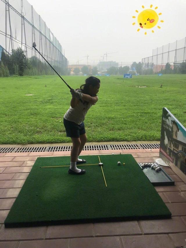 李湘晒王诗龄打高尔夫球,动作娴熟果敢,英姿飒爽!