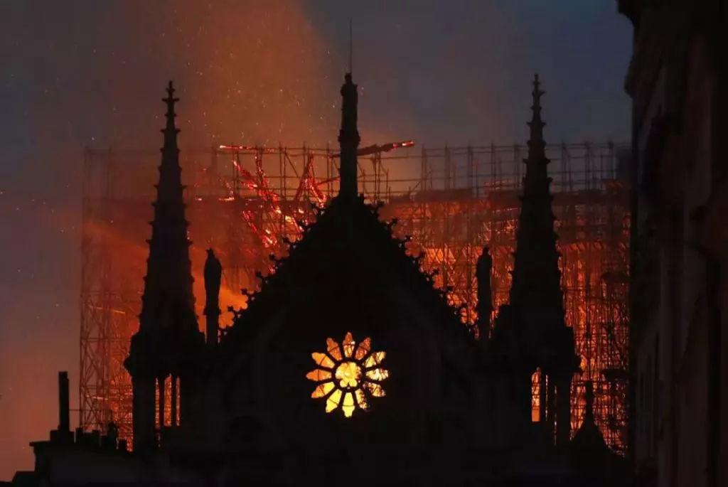 二战德军都不忍摧毁的巴黎圣母院失火,难道我们一定要「叫好」?