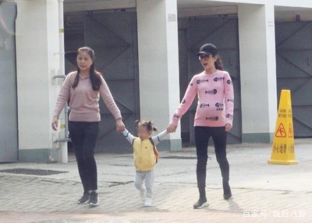 方媛挺6月孕肚带1岁女儿散步,宝宝主动跟记者打招呼萌态十足