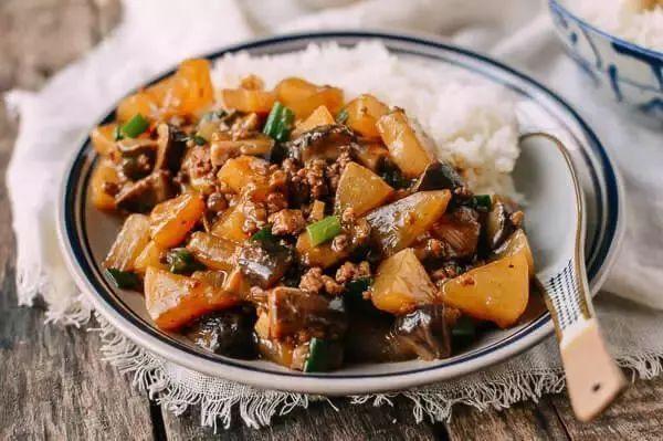 萝卜的爽脆和香菇的鲜香,搭配肉末的香味,这碗炖萝卜很下饭!