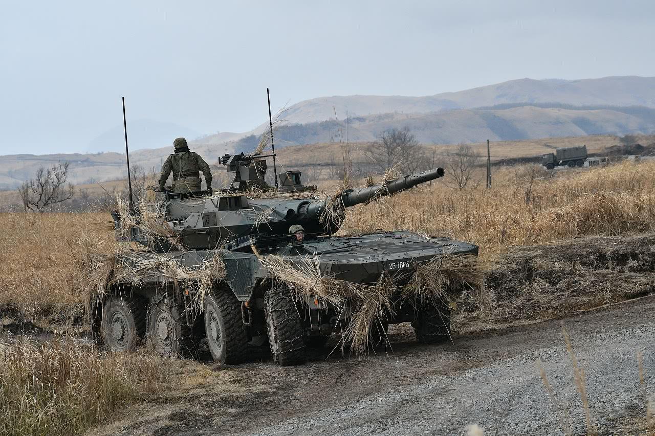 """日本陆自号称""""世界第一""""战车训练实拍 身上插满了茅草"""