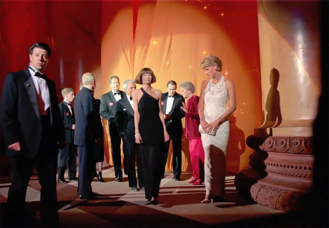 22年前戴安娜穿一身白裙,与时尚女魔头同框,王妃靠气质轻松取胜