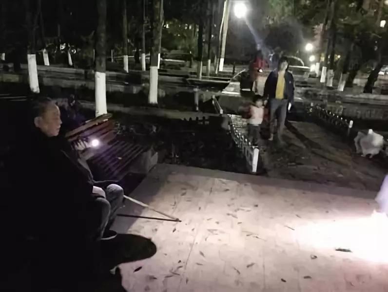最暖的光 路灯爷爷每晚用手机帮路人照亮