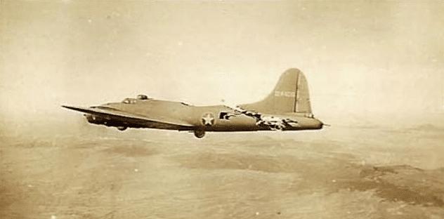 撞成这样还能飞? 美军轰炸机几乎被战斗机拦腰斩断竟仍安全返航