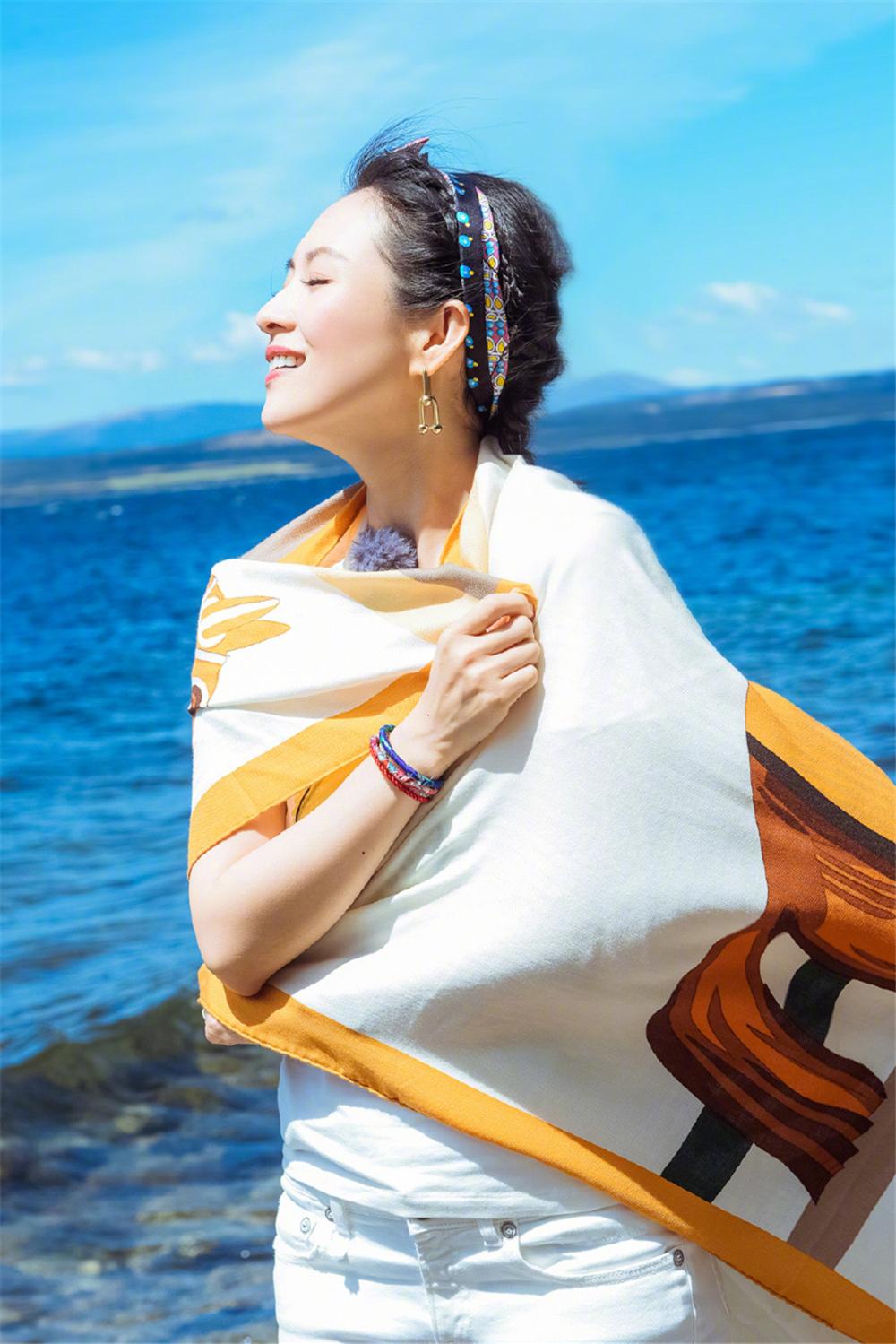 章子怡的游客照堪称阿姨辈的典范!戴花丝巾照样高级,气质是真好 时尚头条 第6张