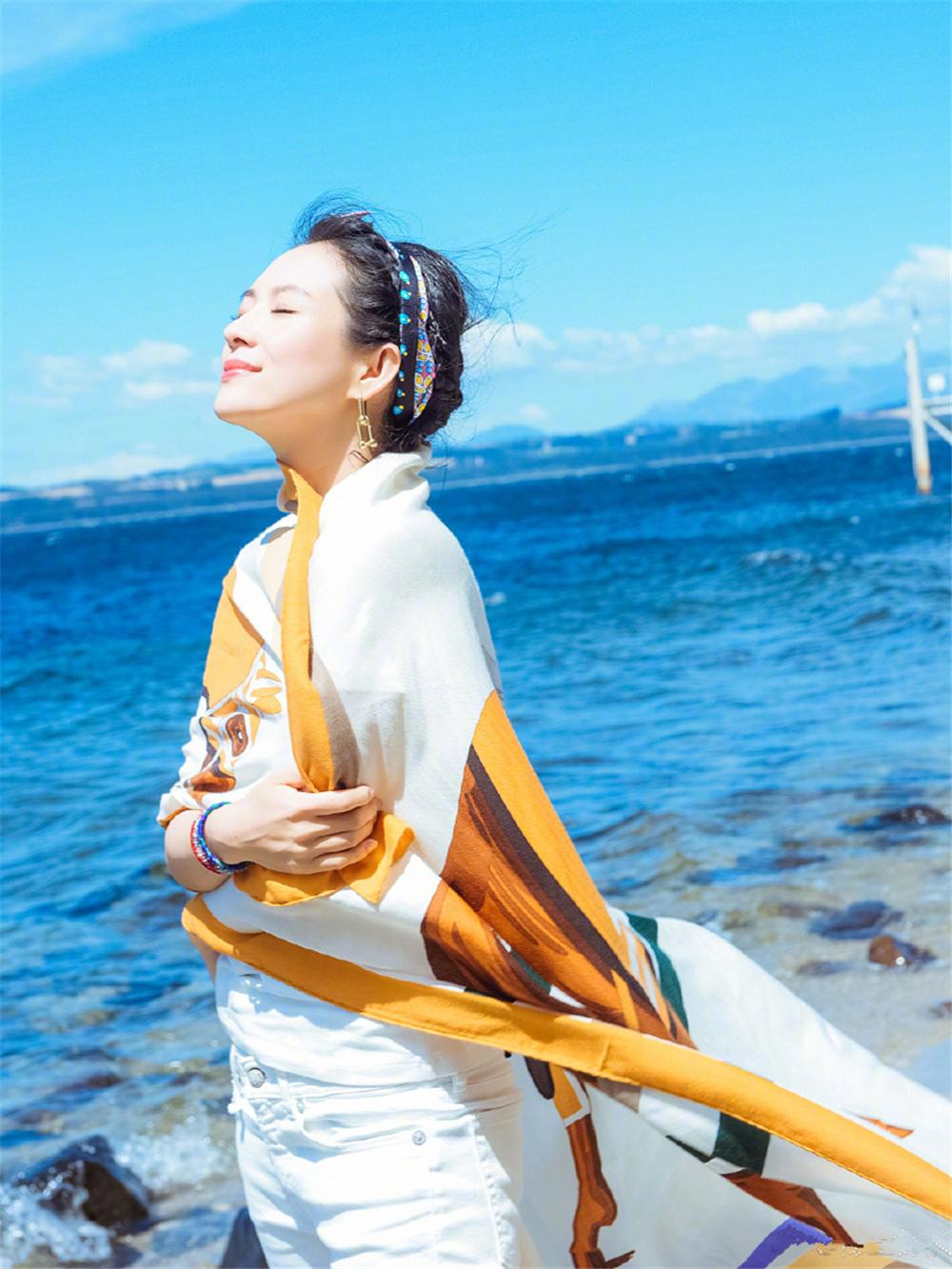 章子怡的游客照堪称阿姨辈的典范!戴花丝巾照样高级,气质是真好 时尚头条 第5张