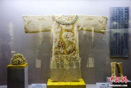 仿制明朝皇帝龙袍亮相广西镶嵌50000颗珍珠尽显奢华